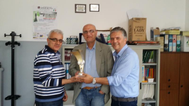 Foto dei vincitori del torneo, Mazzarella A. e D'Errico F. Premiati dal Presidente del circolo Matidia di Sessa Aurunca.